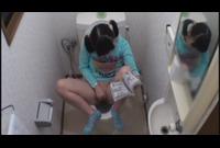 自宅に帰って来た少女はトイレに駆け込み即オナニー